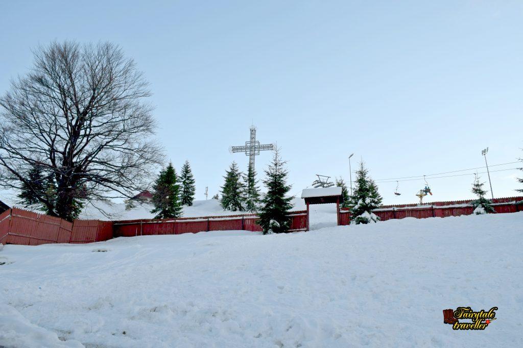Crucea de la Schitul Straja, vedere din incinta schitului