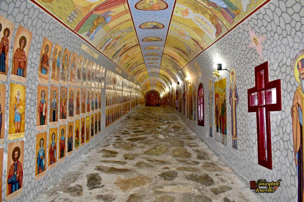 Schitul Straja, tunel de trecere