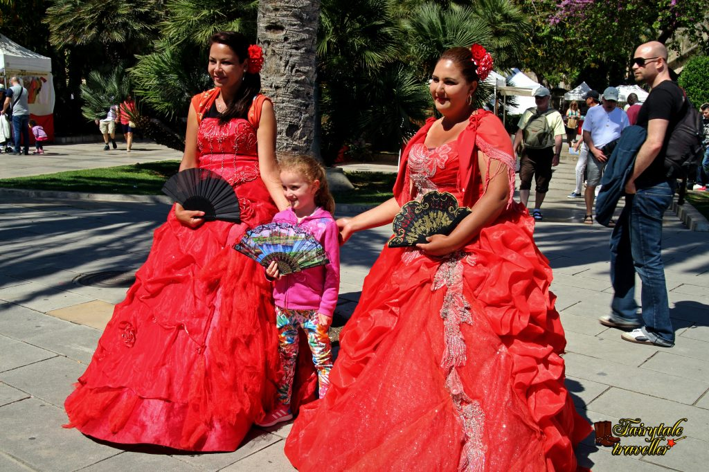 Zona de promenadă din Palma, femei în rochii tradiționale; foto: Calator de Poveste